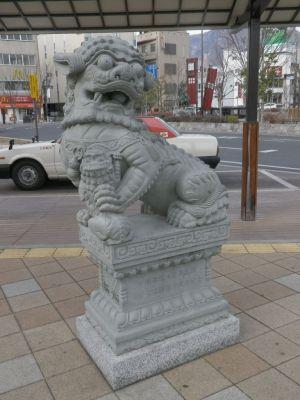 中華な石像