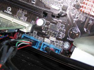 マザーボードのUSB端子に接続